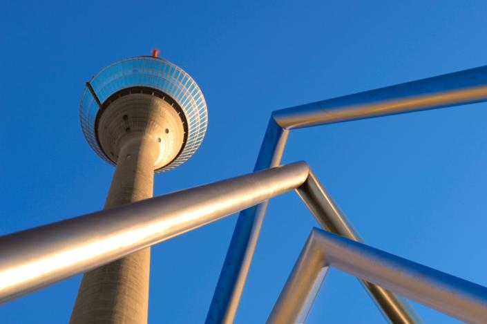 Geländer vor Fernsehturm Düsseldorf