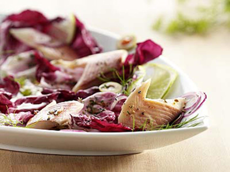 Forelle mit buntem Salat