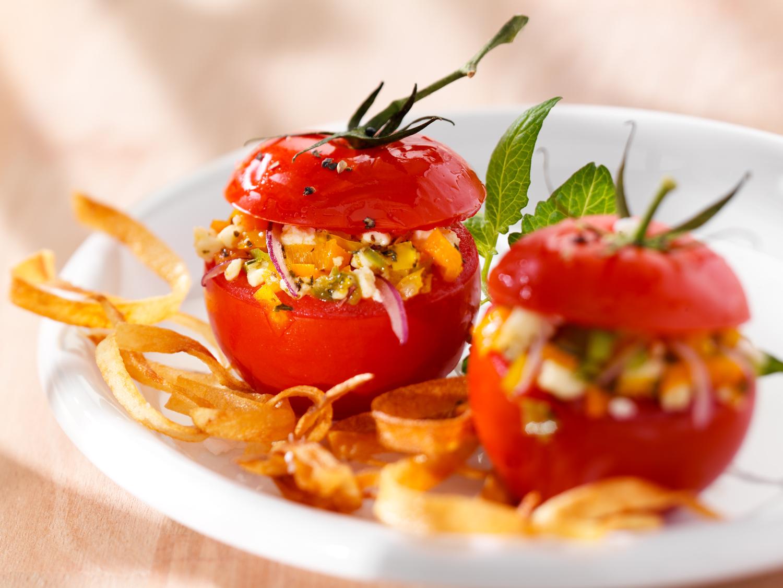 Teller mit gefüllten Tomaten als Rezeptvorschlag