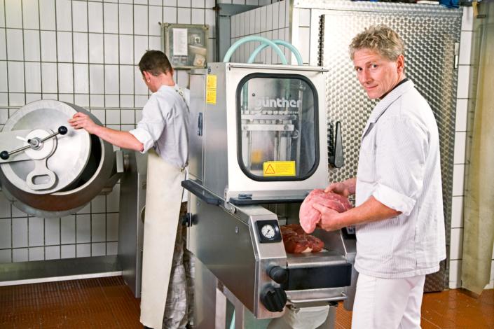 Metzgerhandwerker bei der Arbeit