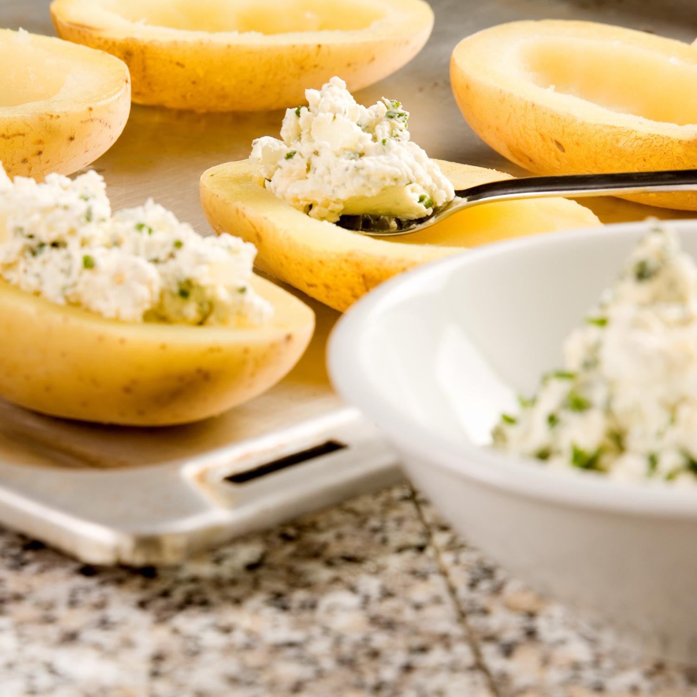 Das Rezept zu Gorgonzola-Kartoffeln wird zubereitet