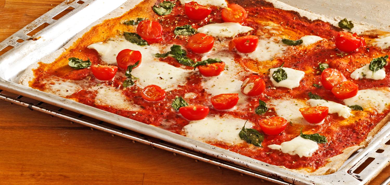 Blech mit frischer Pizza