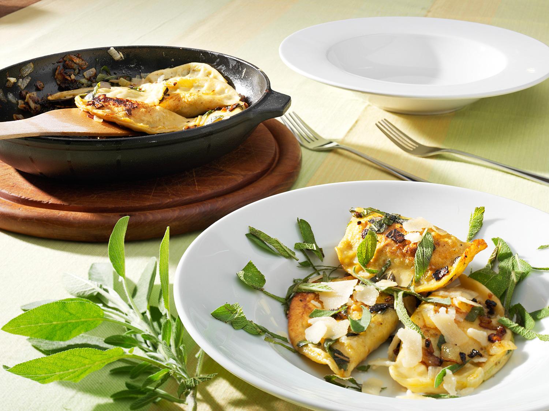 Tischszene mit Ravioli mit Salbei