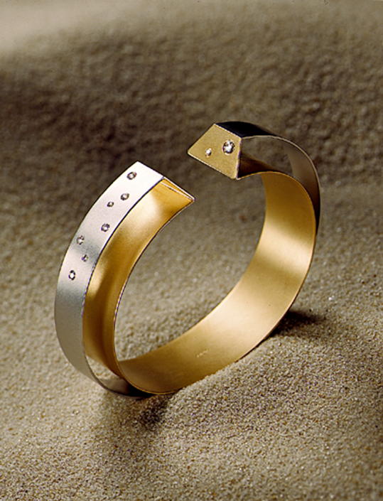 Luxusschmuck und Luxusuhren perfekt fotografiert, Armreif Platin und Gold mit Brillanten