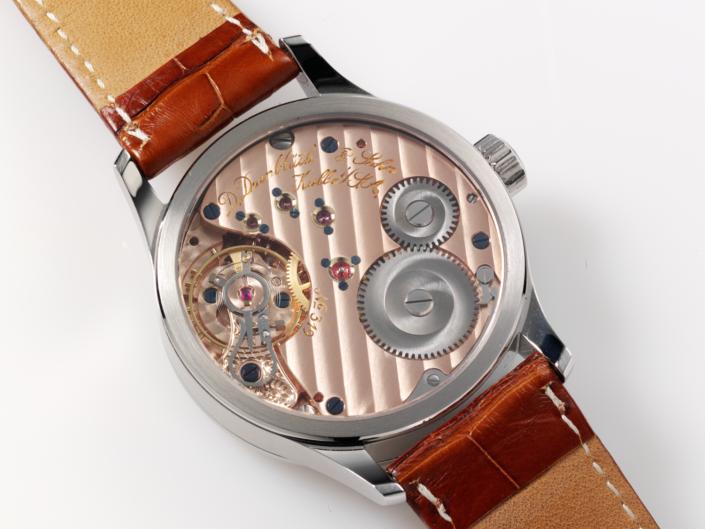schöne Rückseite einer Herrenarmbanduhr