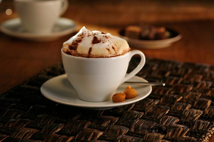 Kaffeetasse auf einem Tisch in der Gastronomie