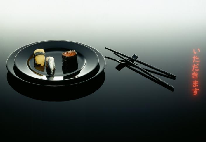 Sushi auf schwarzem Teller