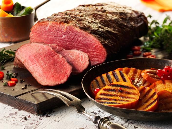 Lebensmittel perfekt in Szene gesetzt,Zartes Roastbeef angeschnitten