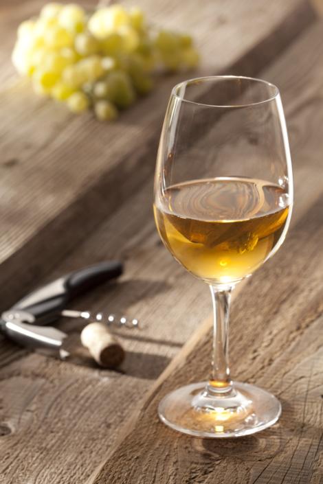 Lebensmittel perfekt in Szene gesetzt, ein Glas Wein auf dem Balkon