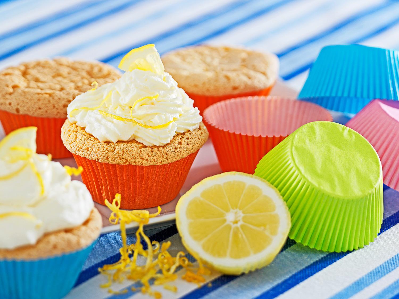 Zitronen-Cupcakes mit bunten Hüllen