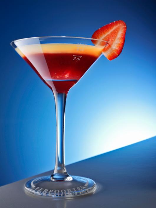 Lebensmittel perfekt in Szene gesetzt, Erdbeere mit Verpoorten Eierlikör im Cocktailglas