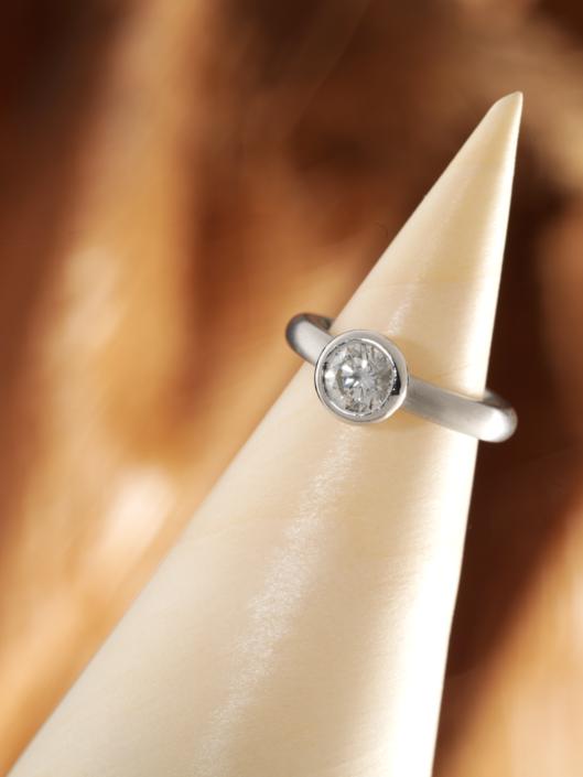 Luxusschmuck und Luxusuhren perfekt fotografiert, Kegel mit Platinring