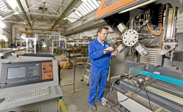Mechaniker beim Werkzeugwechsel