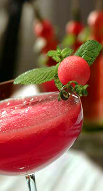 Detailaufnahme von einem Glas mit Melonenbowle