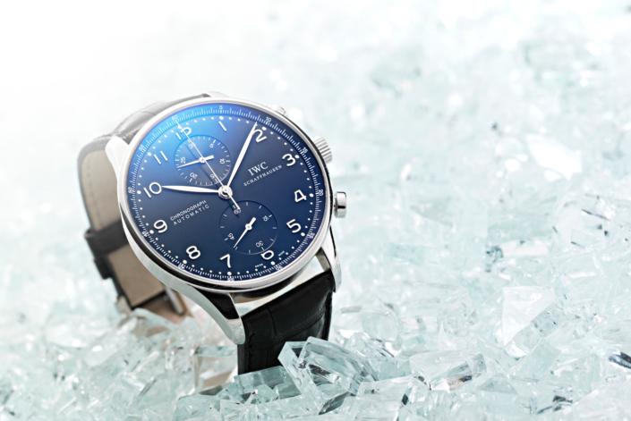 Kontrast zwischen perfekter Uhrmacherkunst und Glasscherben