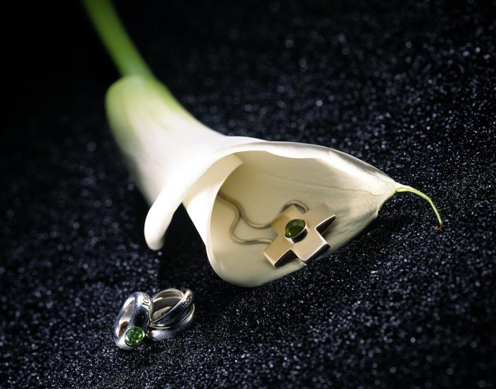 Luxusschmuck und Luxusuhren perfekt fotografiert, Lilie als dekorativer Hintergrund für Schmuck von JOOP