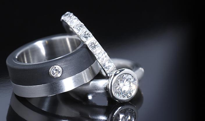 Luxusschmuck und Luxusuhren perfekt fotografiert, Ringe aus Edelstahl mit Brillanten und Kautschuk