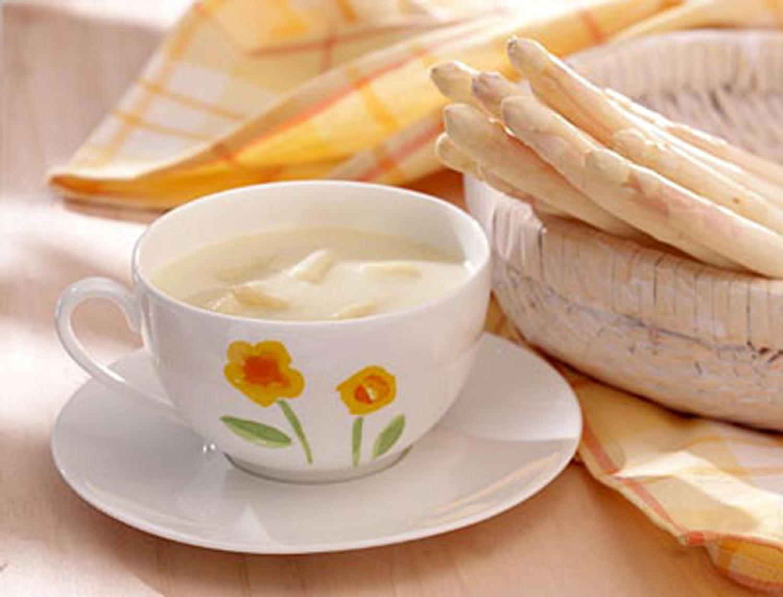 weiße Tasse mit Spargelcremesuppe