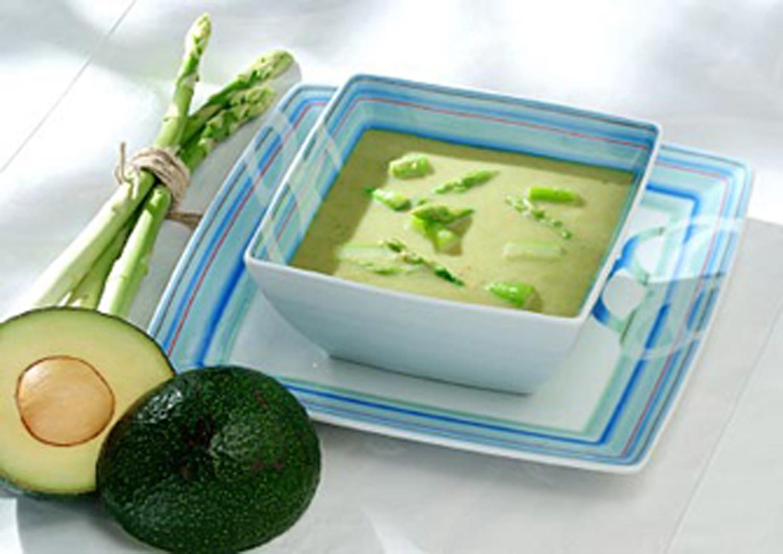 Bunte Suppentasse mit Avocado und Spargelcremesuppe