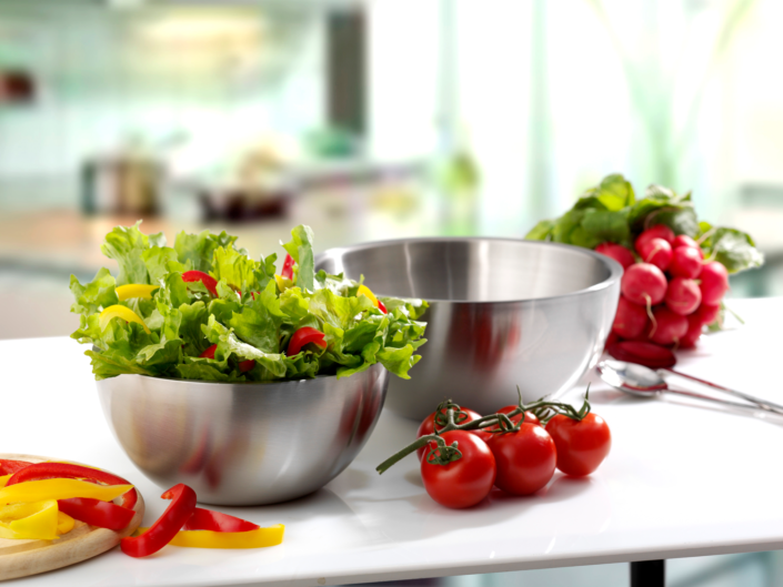 Gute Produktfotografie hilft Unternehmen beim Verkaufen, Salatschüsseln auf Küchentisch