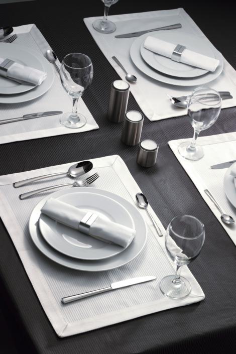 Exzellente Werbefotografie, Festlich gedeckter Tisch mit Tellern und Servietten