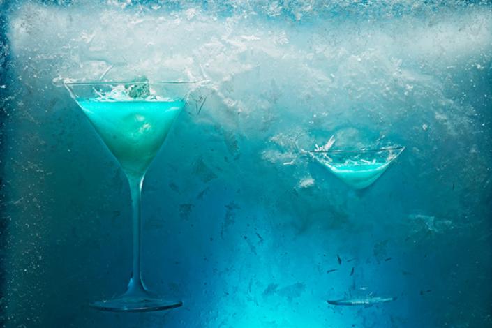 Gläser, die in einem Eisblock eingefroren sind